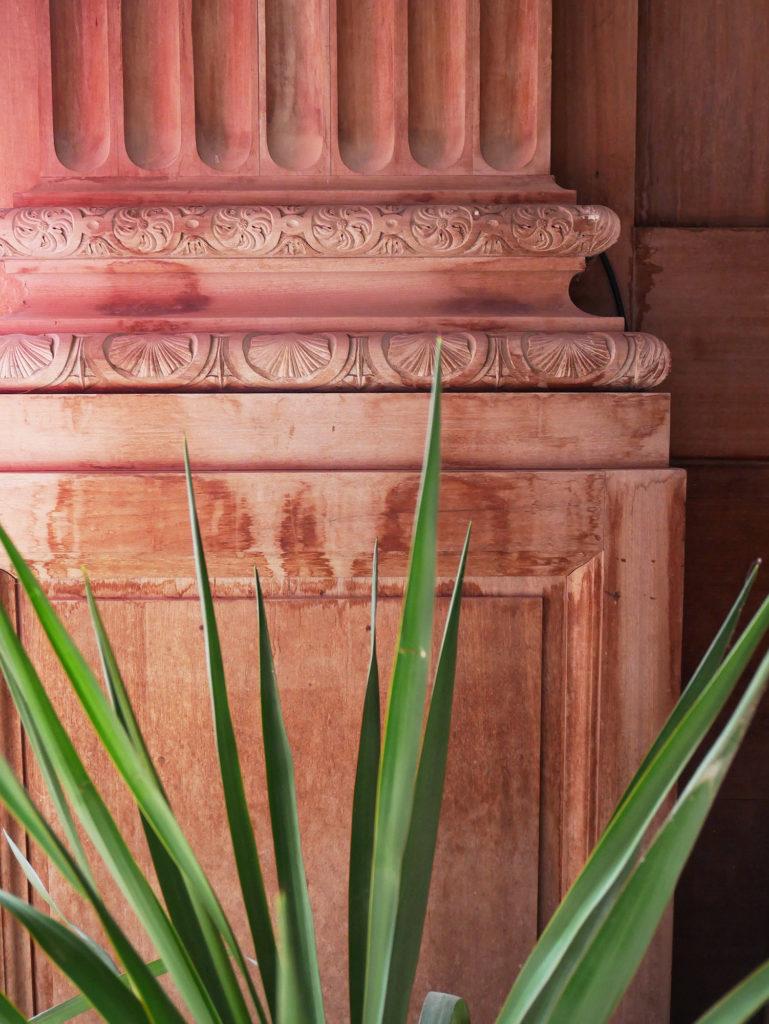 détail de poteau en bois sculpté du château de la mercerie en charente