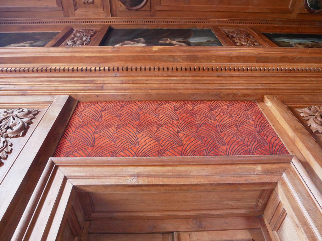 détail de mur sculpté du château de la mercerie en charente