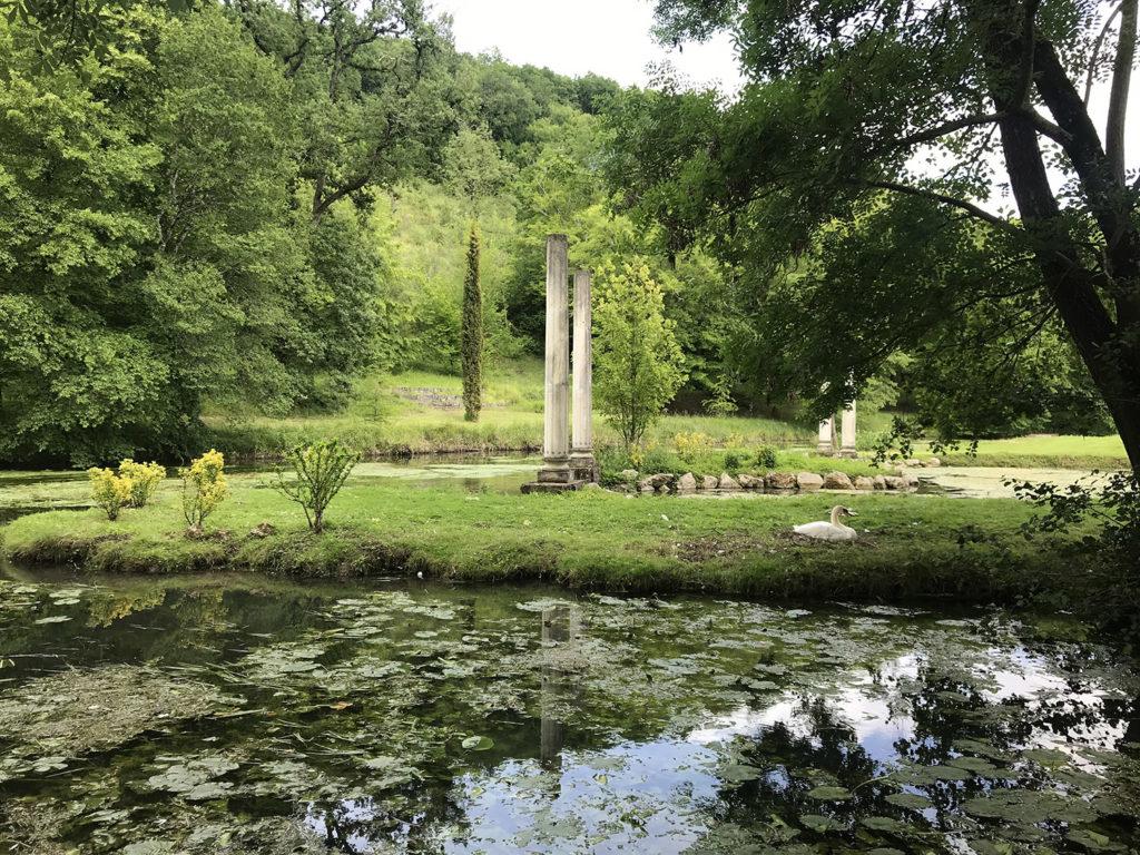 vue du bassin dans les jardins du Logis de Forge en Charente