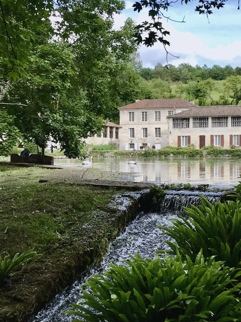le ruisseau dans les jardins du Logis de Forge en Charente