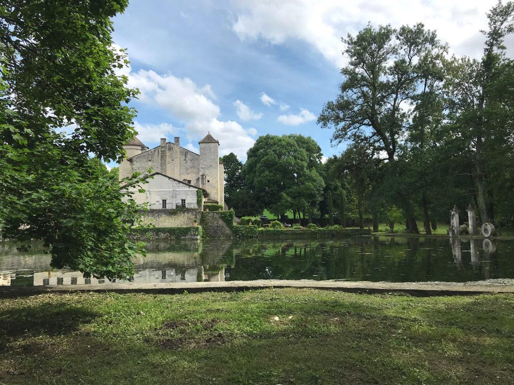 vue sur le bassin dans les jardins du Logis de Forge en Charente