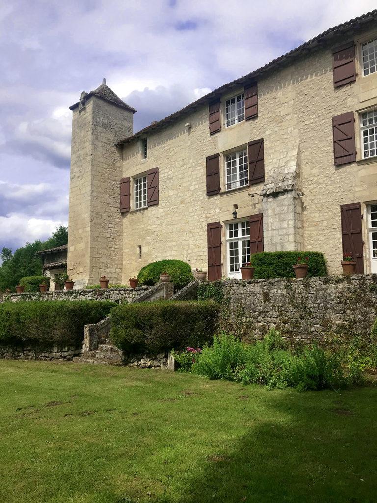 façade de la maison des propriétaires dans les jardins du Logis de Forge en Charente
