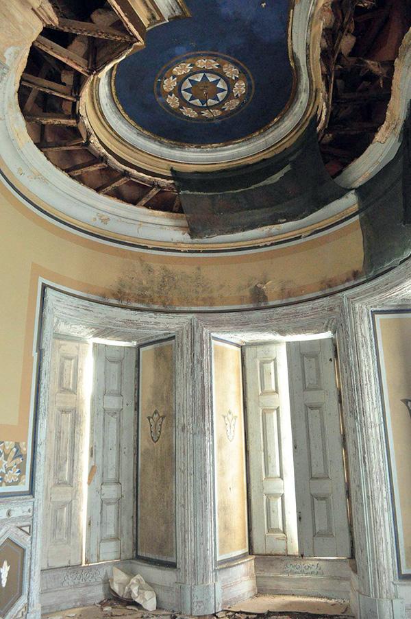pièce intérieure du palais Fonte da Pipa à Loulé en Algavre au Portugal, lieu abandonné, plafond peint, tourelle