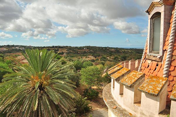 vue sur la campagne portugaise depuis l'intérieur du palais Fonte da Pipa à Loulé en Algavre au Portugal