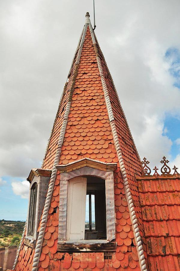 détail du toit du palais Fonte da Pipa à Loulé en Algavre au Portugal, lieu abandonné, toit abimé