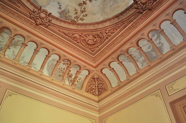 pièce intérieure du palais Fonte da Pipa à Loulé en Algavre au Portugal, lieu abandonné, plafond peint