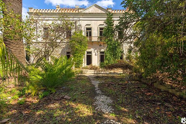 vue de la façade avant du palais Fonte da Pipa à Loulé en Algavre au Portugal depuis le jardin