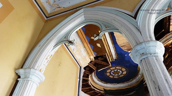 pièce intérieure du palais Fonte da Pipa à Loulé en Algavre au Portugal, lieu abandonné, plafond peint, tourelle, arc gothique