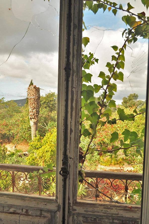 détail de fenêtre du palais Fonte da Pipa à Loulé en Algavre au Portugal, lieu abandonné, fenêtre cassées