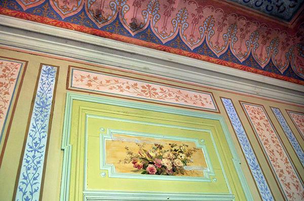 pièce intérieure du palais Fonte da Pipa à Loulé en Algavre au Portugal, lieu abandonné, murs peints