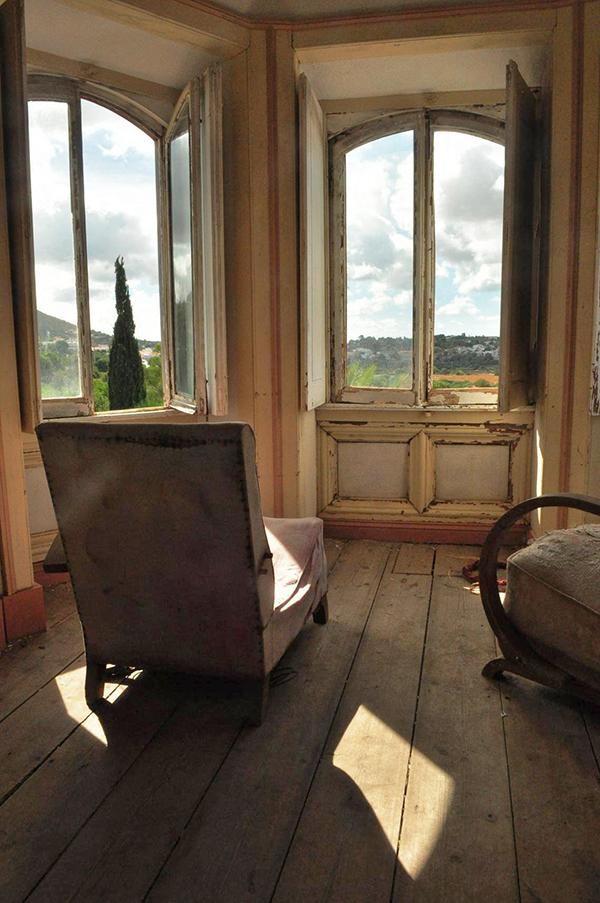 pièce intérieure du palais Fonte da Pipa à Loulé en Algavre au Portugal, murs peints, lieu abandonné, fenêtre cassées, vieux fauteuils