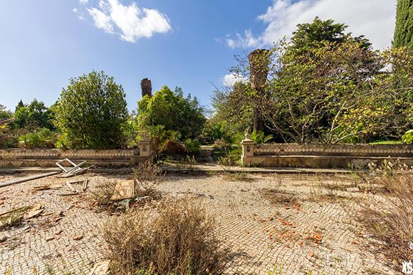 terrasse du palais Fonte da Pipa à Loulé en Algavre au Portugal, lieu abandonné, jardin abandonné