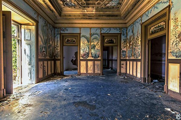 pièce intérieure du palais Fonte da Pipa à Loulé en Algavre au Portugal, murs peints, lieu abandonné, fenêtre cassées