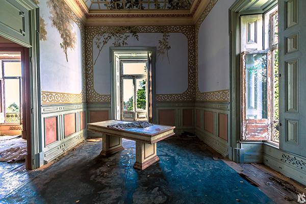 pièce intérieure du palais Fonte da Pipa à Loulé en Algavre au Portugal, murs peints, lieu abandonné, fenêtre cassées, parquet abimé