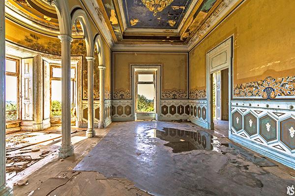 pièce intérieure du palais Fonte da Pipa à Loulé en Algavre au Portugal, murs peints, lieu abandonné, fenêtre cassées, débris au sol