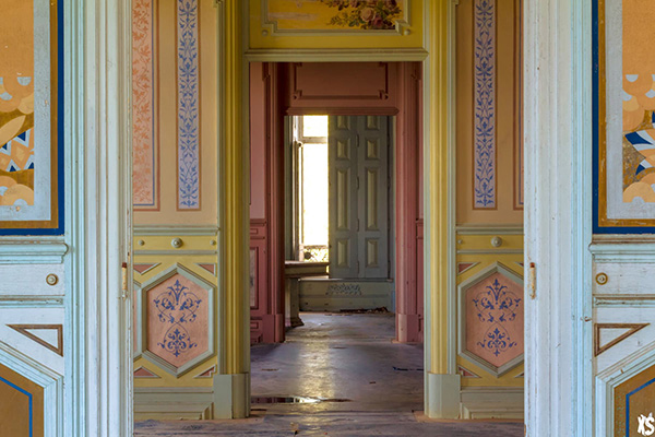 pièce intérieure du palais Fonte da Pipa à Loulé en Algavre au Portugal, lieu abandonné, murs peints, succession de pièces
