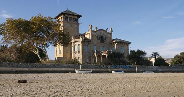 façade de la villa Zanetti à Savone en Italie vue depuis la plage