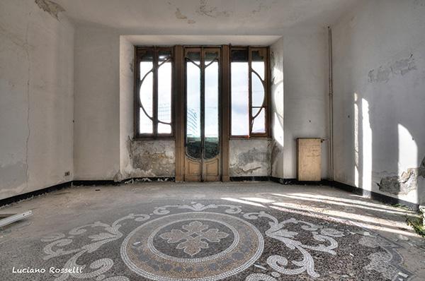 pièce intérieure de la villa Zanetti à Savone en Italie, sol en mosaïque et porte fenêtre art nouveau