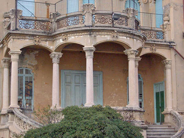 perron et colonnes de la façade arrière de la villa Zanetti à Savone en Italie