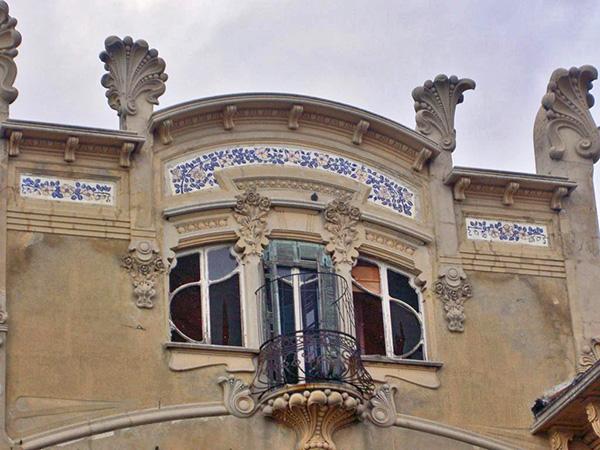 détail de fenêtre art nouveau sur la façade de la villa Zanetti à Savone en Italie