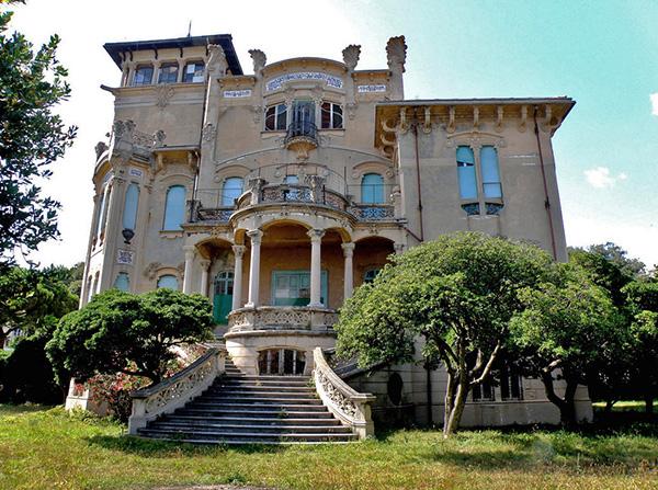 façade de la villa Zanetti à Savone en Italie depuis le jardin