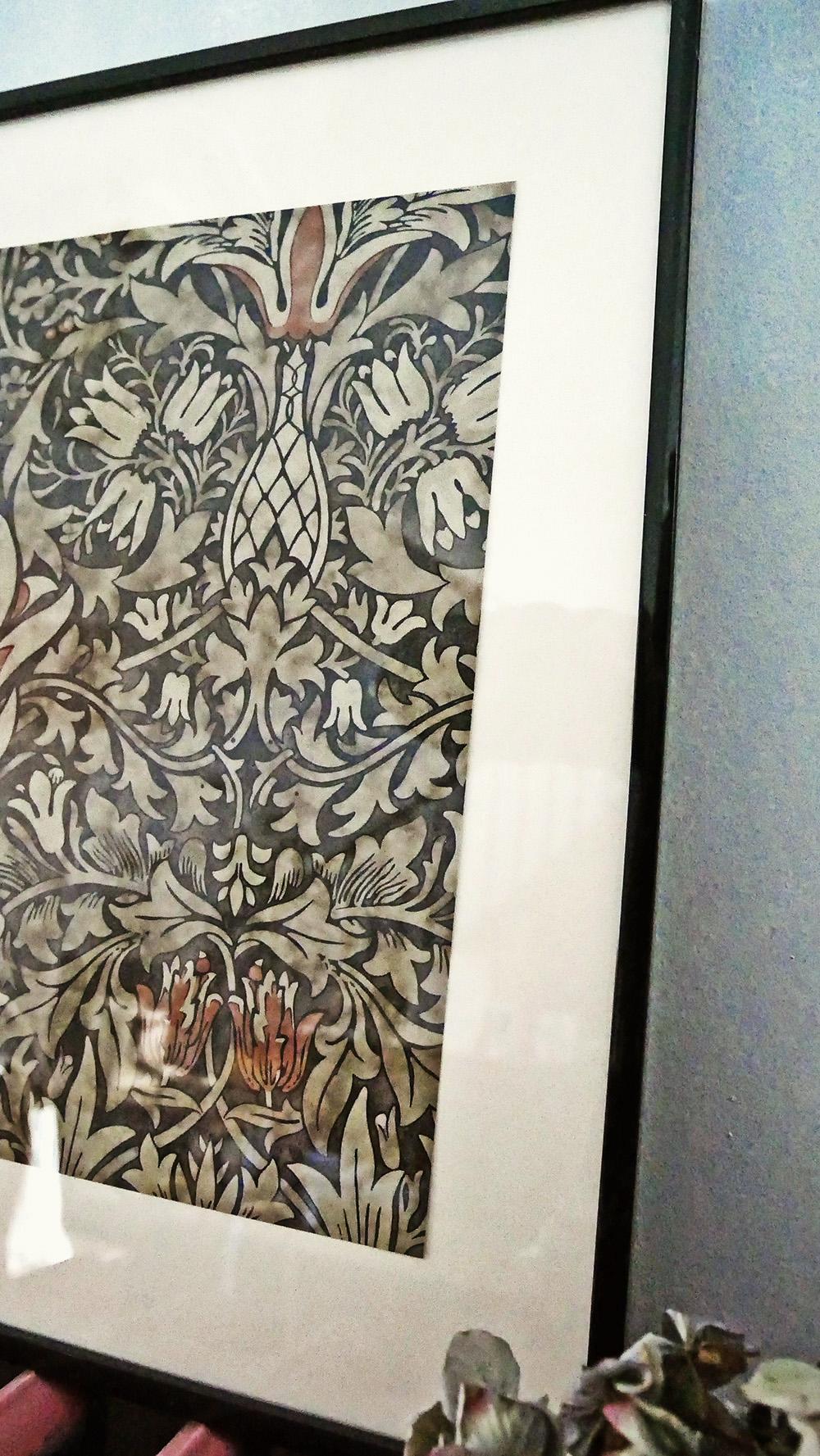 détail du cadre déco réalisé avec l'échantillon de papier peint Snakeshead de William Morris