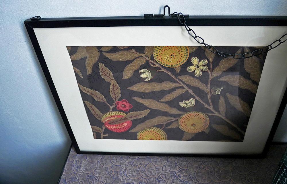 cadre déco réalisé avec l'échantillon de papier peint Fruit de William Morris
