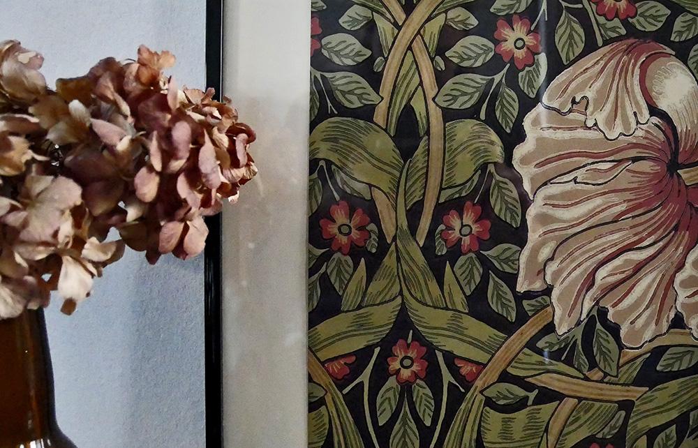 détail du cadre déco réalisé avec l'échantillon de papier peint Pimpernel de William Morris