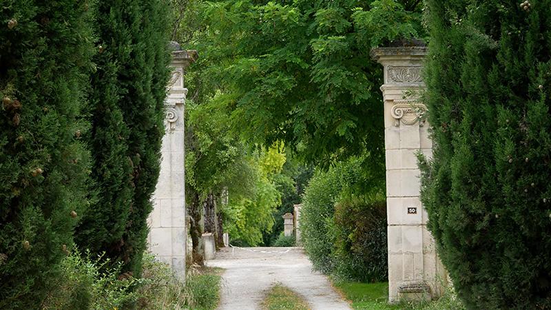allée d'entrée de l'abbaye de Bassac en Charente