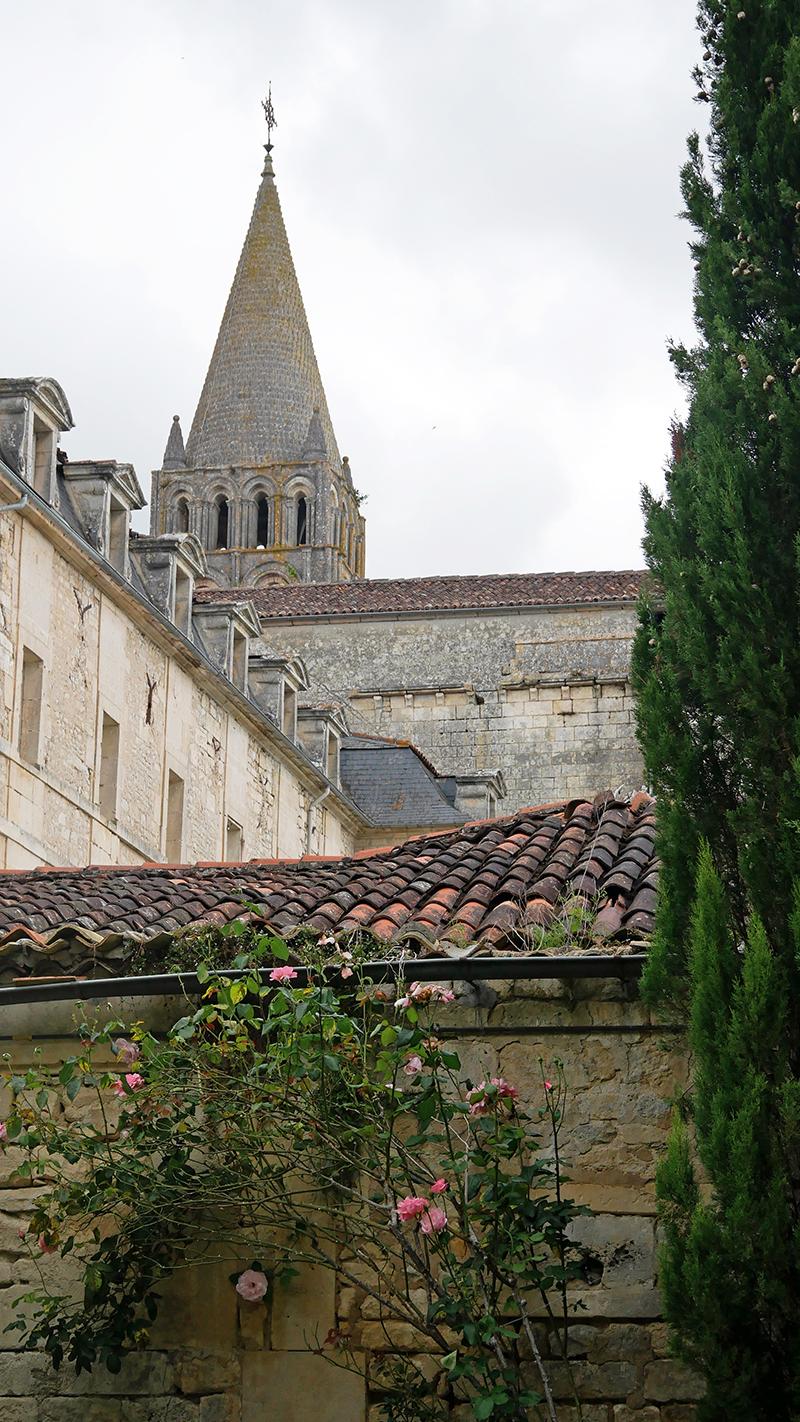 vue du clocher de l'abbaye de Bassac depuis les jardins