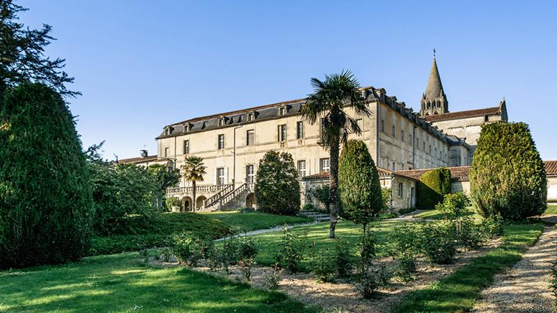 vue de l'abbaye de Bassac depuis les jardins