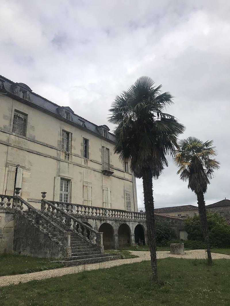 façade de l'abbaye de Bassac en Charente depuis les jardins