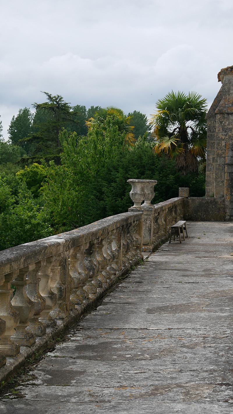façade arrière de l'abbaye de Bassac en Charente côté jardins