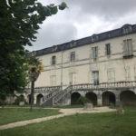 vue de la façade de l'abbaye de Bassac depuis les jardins