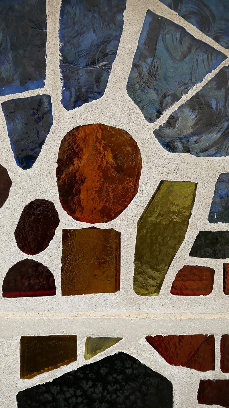 détail de vitraux dans le mur de la cour intérieure de l'abbaye de Bassac