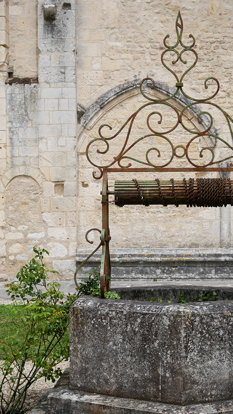 puits dans la cour intérieure de l'abbaye de Bassac