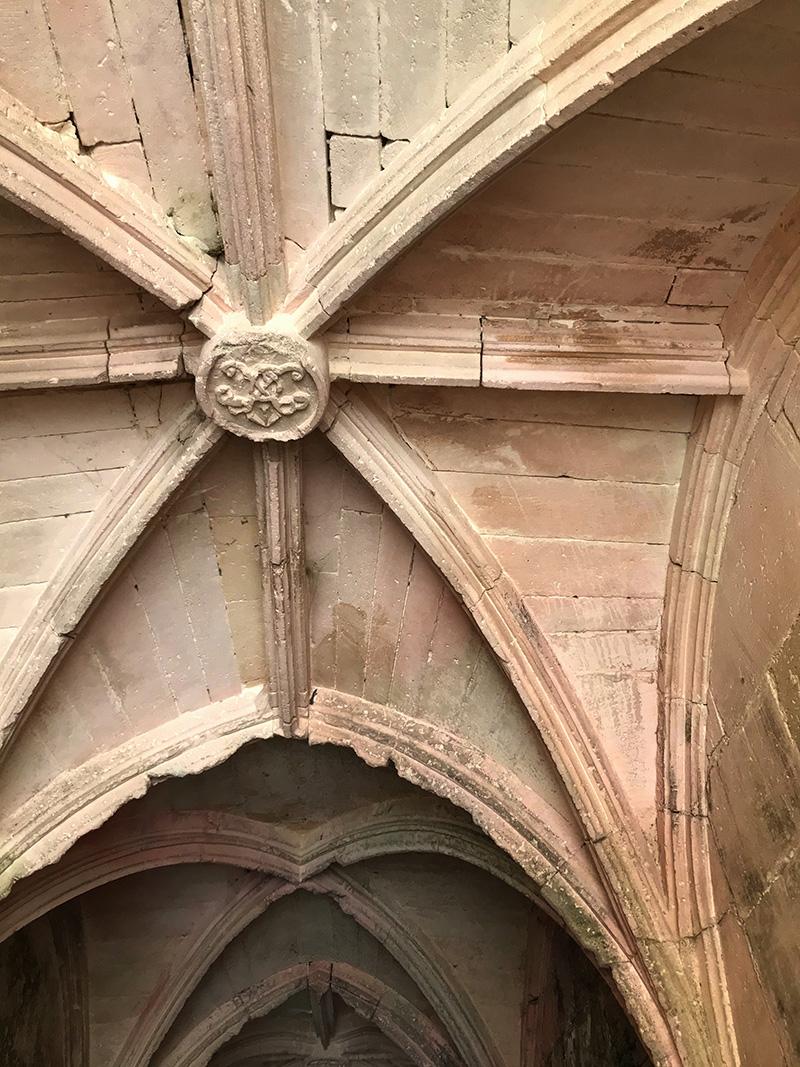 passage voûté de l'abbaye de Bassac