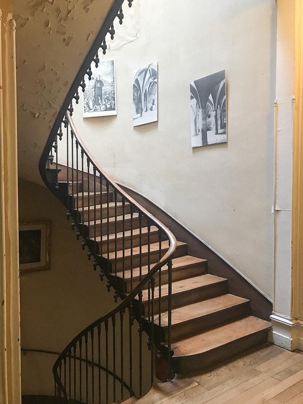 détail d'escalier allant vers le deuxième étage, où sont installés les bureaux de la SAHC