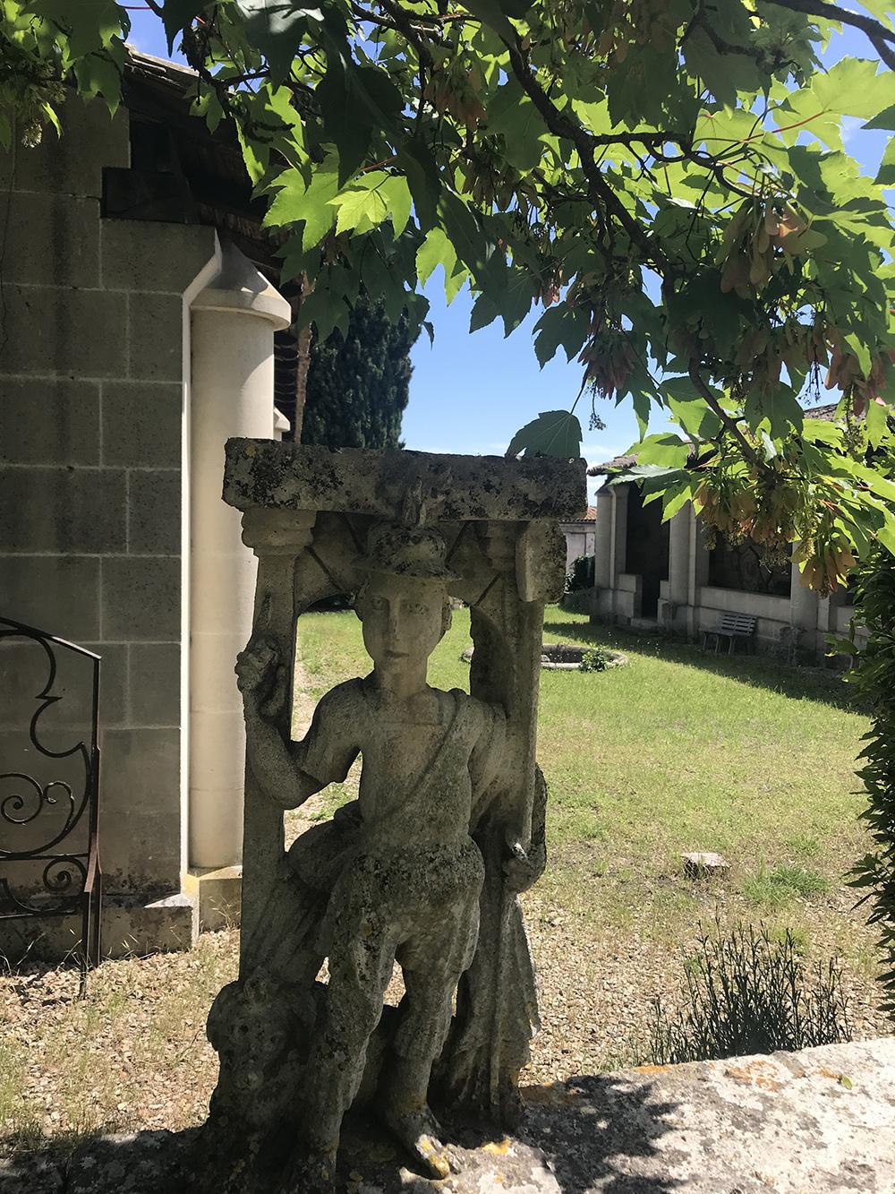 statue dans le jardin de la SAHC