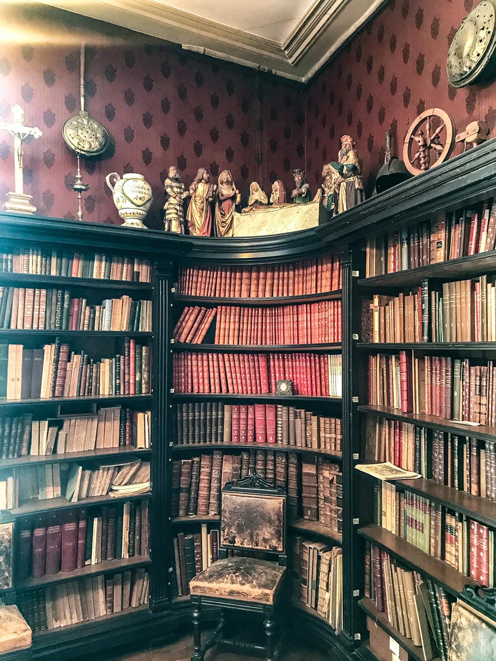 bibliothèque dans le bureau de Jean George
