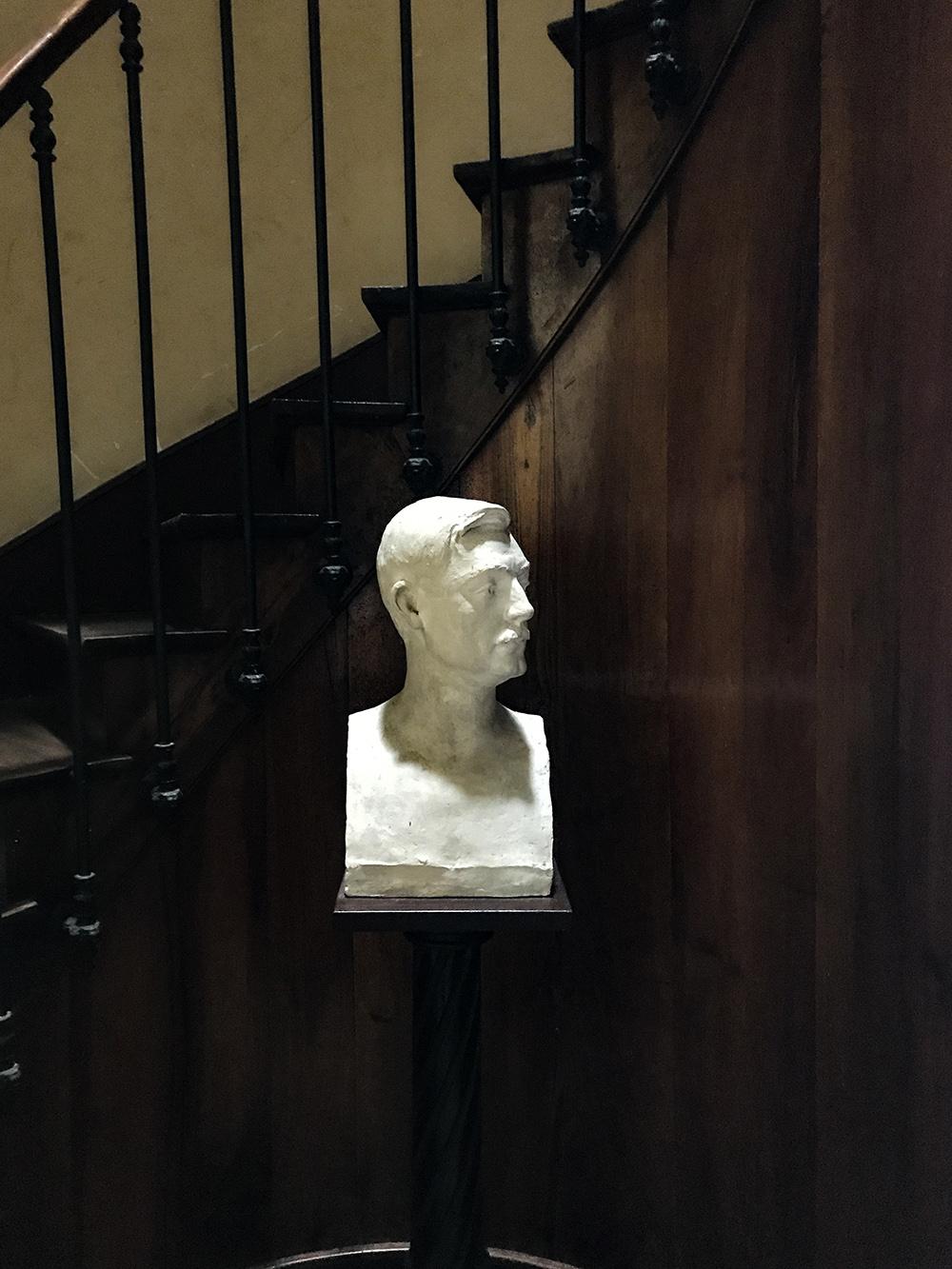 buste exposé en bas de l'escalier à côté du bureau de Jean George