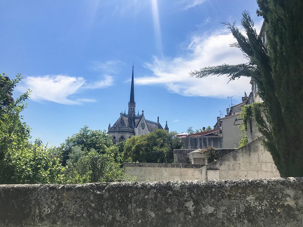 vue sur l'église Notre-Dame d'Obézine à Angoulême depuis le jardin