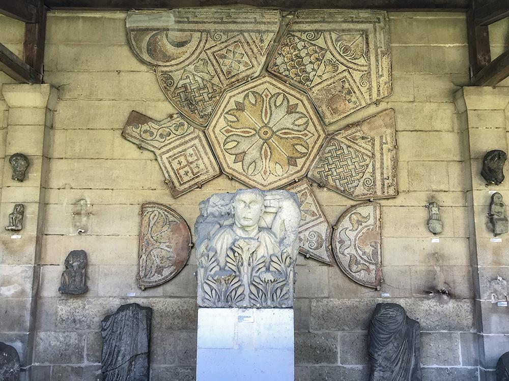 détail de la galerie lapidaire greco-romaine de la SAHC