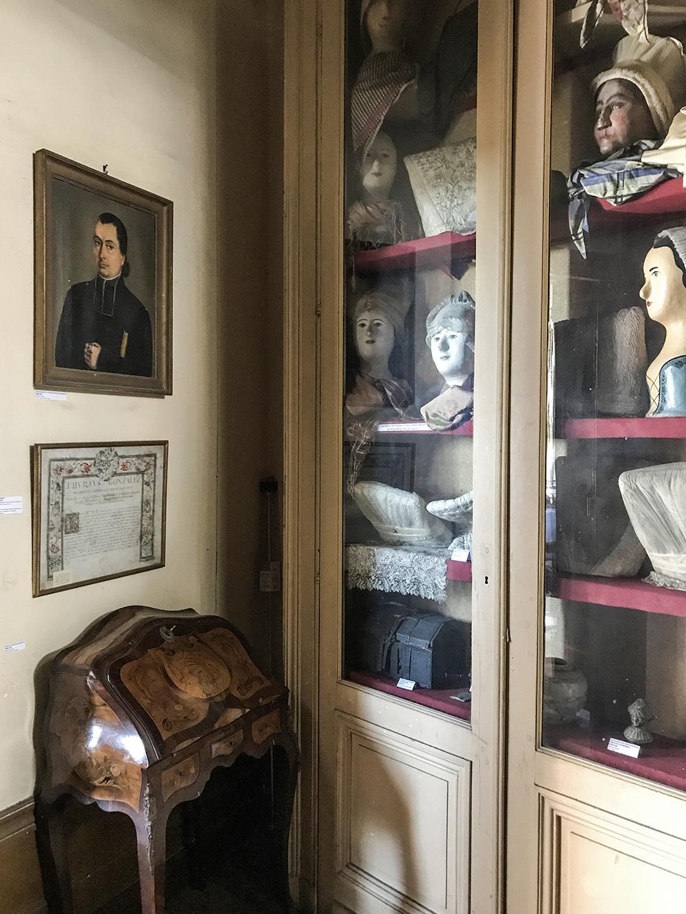 vitrine exposant les vêtements des domestiques