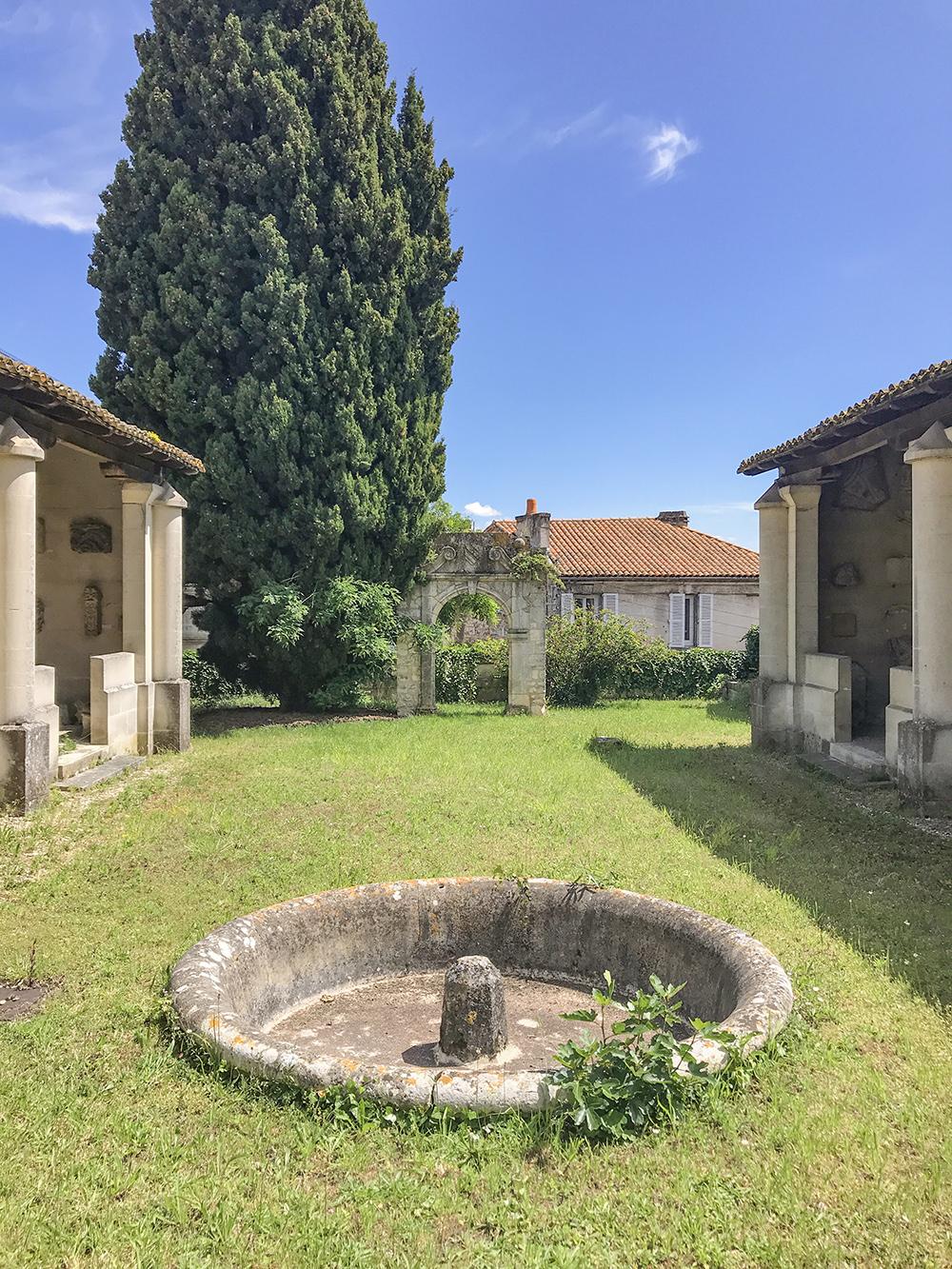 vue sur le jardin et les galeries lapidaires de la SAHC